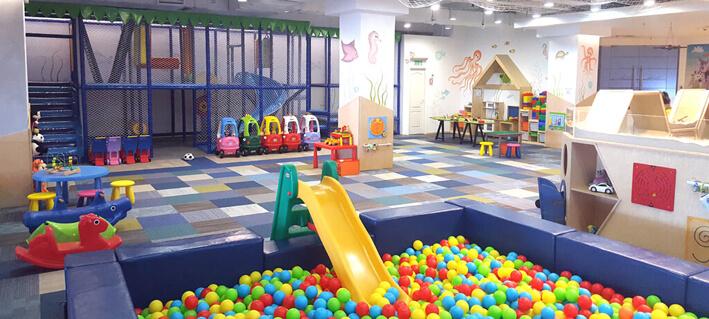loc de joaca si petreceri pentru copii Yellow Place Galeriile Titan sector 3 Bucuresti, mare, curat, cu multe jocuri si jucarii