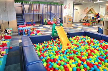loc de joaca si petreceri copii Yellow Place Galeriile Titan sector 3 Bucuresti, mare, curat, cu multe jocuri si jucarii